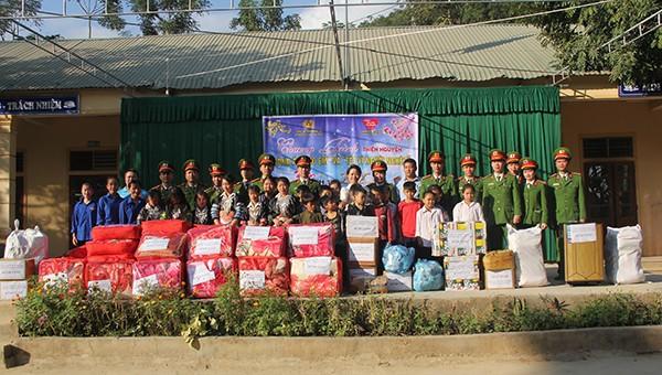 Cảnh sát mang xuân ấm đến học sinh có hoàn cảnh đặc biệt khó khăn tại Nghệ An