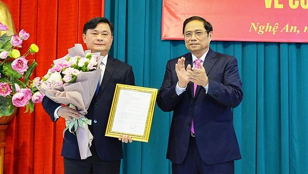 Trưởng ban Tổ chức Trung ương trao Quyết định chuẩn y kết quả bầu cử Bí thư Tỉnh ủy Nghệ An đối với ông Thái Thanh Quý của Bộ Chính trị.