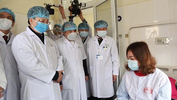 Ban chỉ đạo của tỉnh Nghệ An đến thăm nữ bệnh nhân đang điều trị cách ly tại bệnh viện