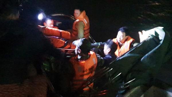 Thuyền viên được cấp cứu kịp thời và đưa vào bờ trong đêm tối