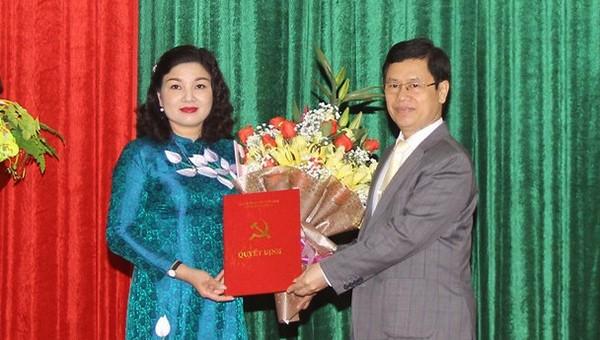 Chủ tịch HĐND tỉnh Nguyễn Xuân Sơn trao quyết định điều động bà Nguyễn Thị Hồng Hoa giữ chức Bí thư Huyện ủy Nam Đàn.
