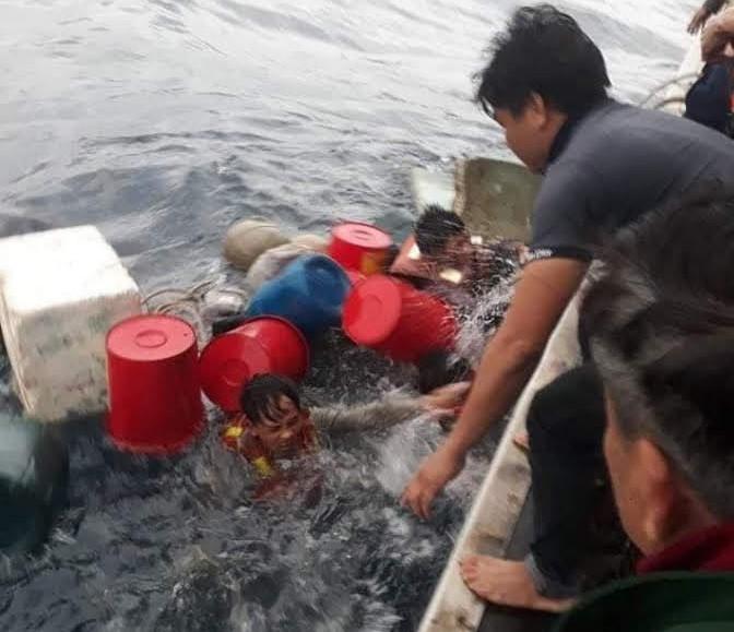 Sau 6 tiếng lênh đênh trên biển, các thuyền viên được cứu sống