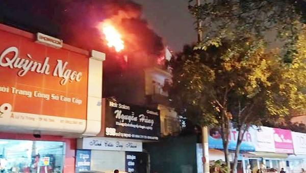 Tiệm giặt là bùng cháy dữ dội trong đêm cả khu phố hoảng loạn