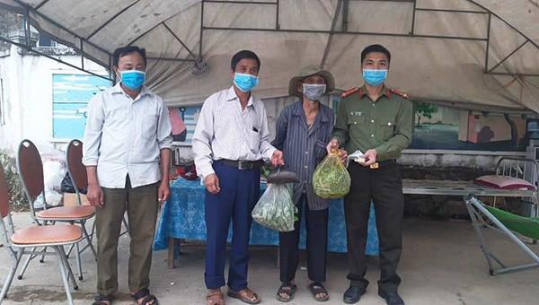 Xúc động cảnh người dân Hà Tĩnh 'tiếp tế' phòng chống dịch Covid-19