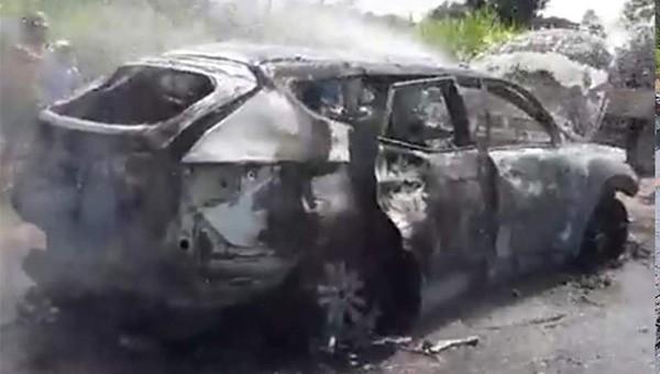 Ô tô bất ngờ bốc cháy trên đường, tài xế bỏng nặng