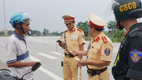 Lực lượng CSGT phối hợp với các đơn vị tổ chức kiểm tra các phương tiện giao thông