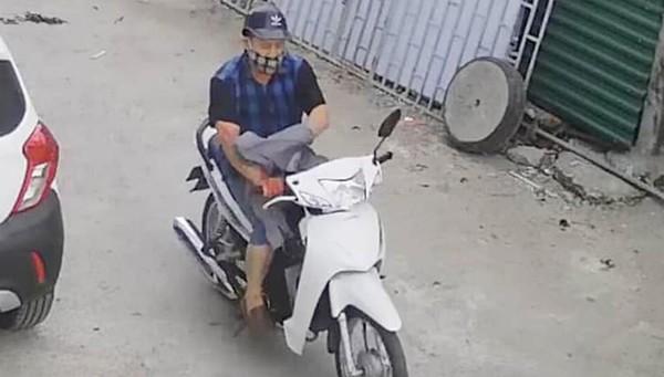 Đối tượng gây án xong lên xe máy bỏ chạy khỏi hiện trường.