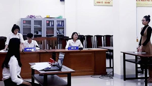 """Sinh viên khoa Luật Đại học Vinh tham gia mô hình """"Phiên tòa giả định"""" tại Phòng xử án mô phỏng theo đúng quy chuẩn."""
