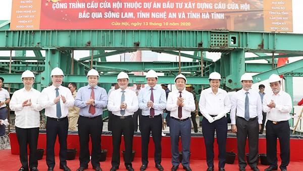 Lãnh đạo Bộ GTVT  cùng lãnh đạo hai tỉnh Nghệ An và Hà Tĩnh chúc mừng sau khi thực hiện nghi thức hợp long cầu Cửa Hội