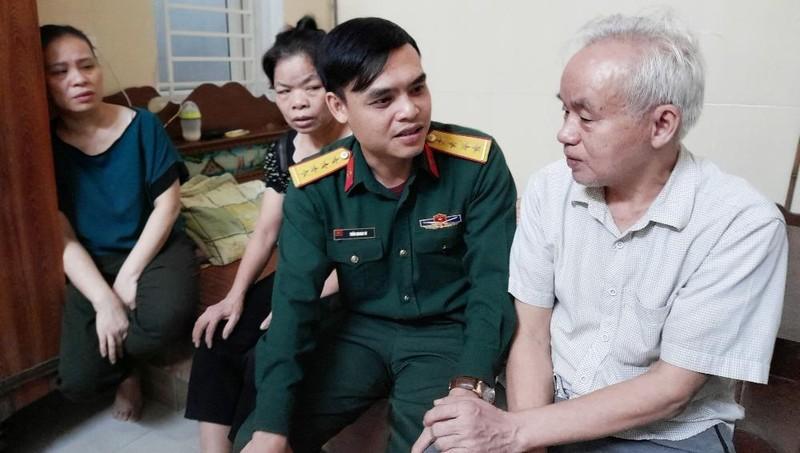 Cán bộ đơn vị, đồng đội người thân động viên gia đình đại úy Đinh Văn Trung.