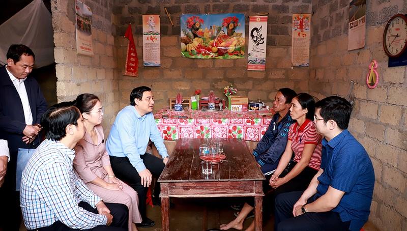 Đoàn công tác do ông Nguyễn Đắc Vinh - Ủy viên Trung ương Đảng, Phó Chánh Văn phòng Trung ương Đảng dẫn đầu đã đến thăm, động viên, tặng quà một số gia đình bị ảnh hưởng do mưa lụt vừa qua ở Nghệ An.