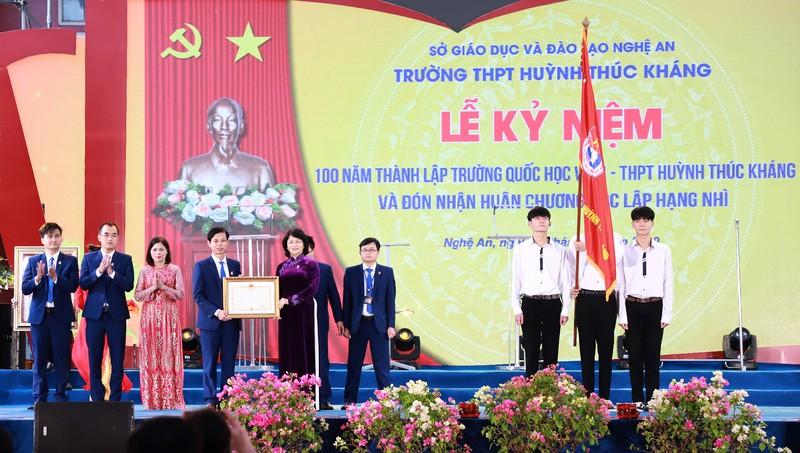 Phó Chủ tịch nước Đặng Thị Ngọc Thịnh trao Huân chương Độc lập hạng Nhì cho Trường THPT Huỳnh Thúc Kháng