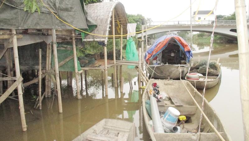 Dụng cụ sản xuất kiếm sống của các hộ dân là mấy tấm lưới, thuyền cũ.