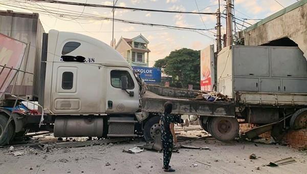 Hiện trường vụ tai nạn xe container húc xe tải, lao xuyên vào nhà dân.