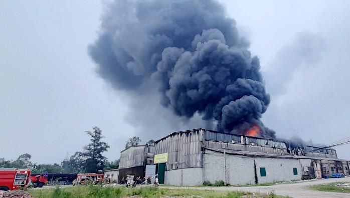Kho chứa hàng bốc cháy dữ dội tại Nghệ An