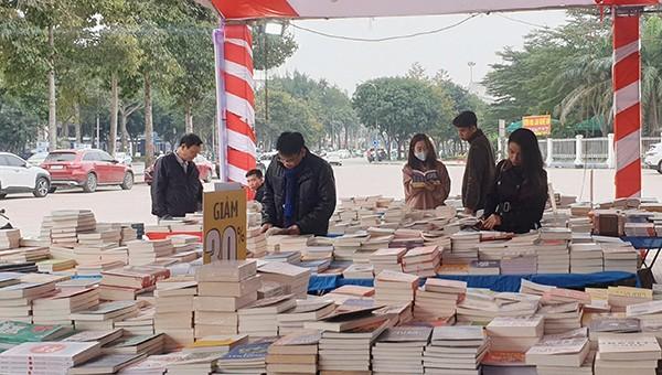 Hơn 10.000 cuốn sách thật, nửa giá được bán tại Hội sách.