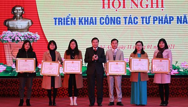 Phó Chủ tịch UBND tỉnh Lê Hồng Vinh trao bằng khen của Chủ tịch tỉnh cho các cá nhân, tập thể xuất sắc.