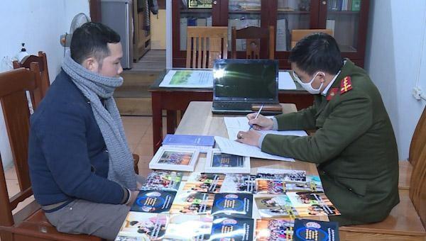 Đỗ Viết Trường cùng các tài liệu phát tán tại cơ quan công an