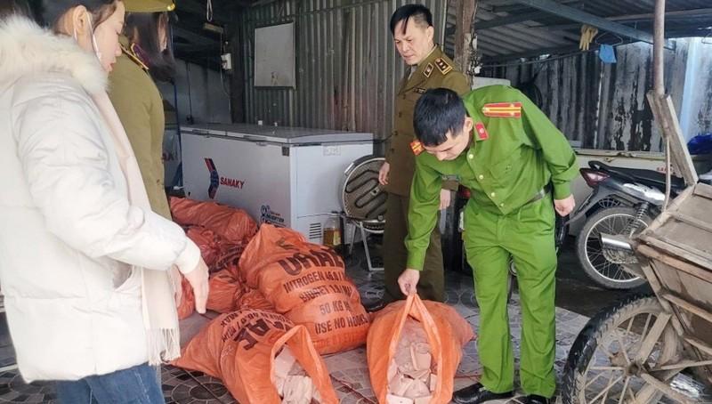 Số thực phẩm không rõ nguồn gốc xuất xứ bị cảnh sát phát hiện thu giữ.