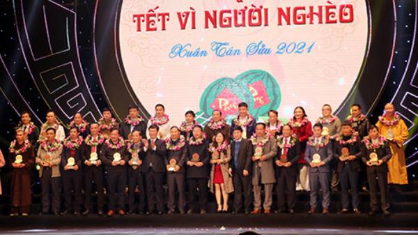 Phó Bí thư Thường trực Tỉnh ủy Nguyễn Văn Thông và Chủ tịch UBND tỉnh Nguyễn Đức Trung vinh danh các tấm lòng vàng.