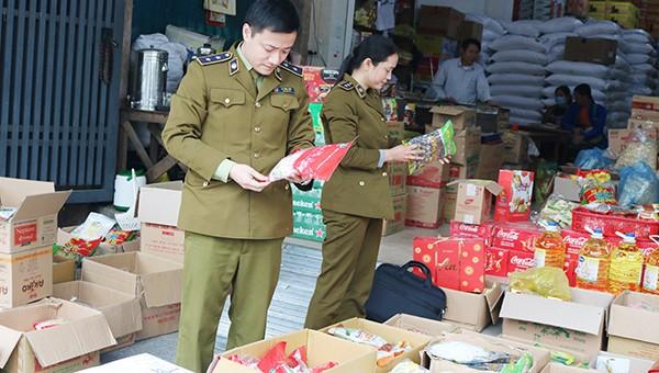 Đội QLTT TP Vinh  kiểm tra hàng hóa ở chợ đầu mối.
