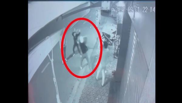 Hình ảnh nam thanh niên cầm xẻng đánh người phụ nữ sau va chạm giao thông