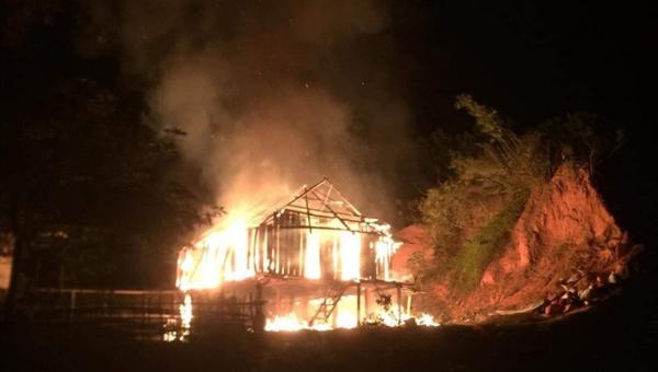 Châm lửa đốt nhà vì xin tiền mẹ không được