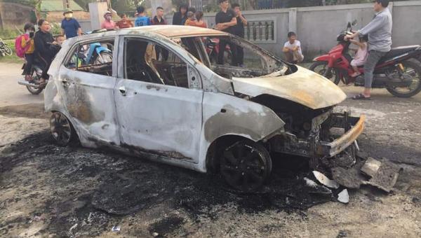 Chiếc ô tô bị cháy rụi.