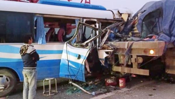 Vụ xe khách chở đoàn đi lễ chùa đâm vào xe đầu kéo: Thêm 1 nạn nhân tử vong, tạm giữ hình sự lái xe khách