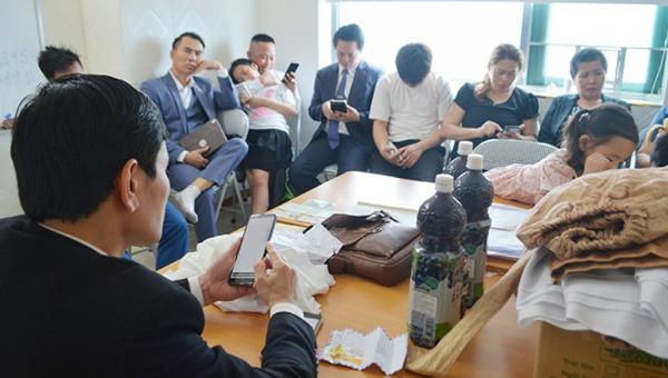 Nhóm người (gồm 11 người lớn và 5 trẻ em) đang tụ tập sinh hoạt Hội thánh Đức chúa trời Mẹ trái phép.