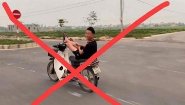 Triệu tập nam sinh 16 tuổi lái xe máy bằng chân