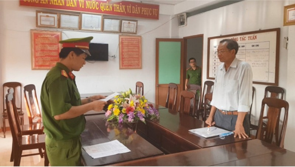Công an đọc quyết định phê chuẩn quyết định khởi tố bị can đối với ông Lê Văn Thế.