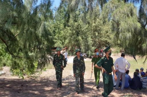 Lực lượng chức năng bảo vệ hiện trường nơi phát hiện thi thể cháu bé 13 tuổi.