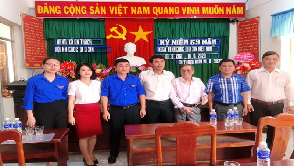 Sở Tư Pháp tỉnh Phú Yên tặng quà cho nạn nhân chất độc Da cam/Dioxin