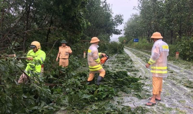 Công an, Bộ đội giúp dân khắc hậu quả cơn bão số 10