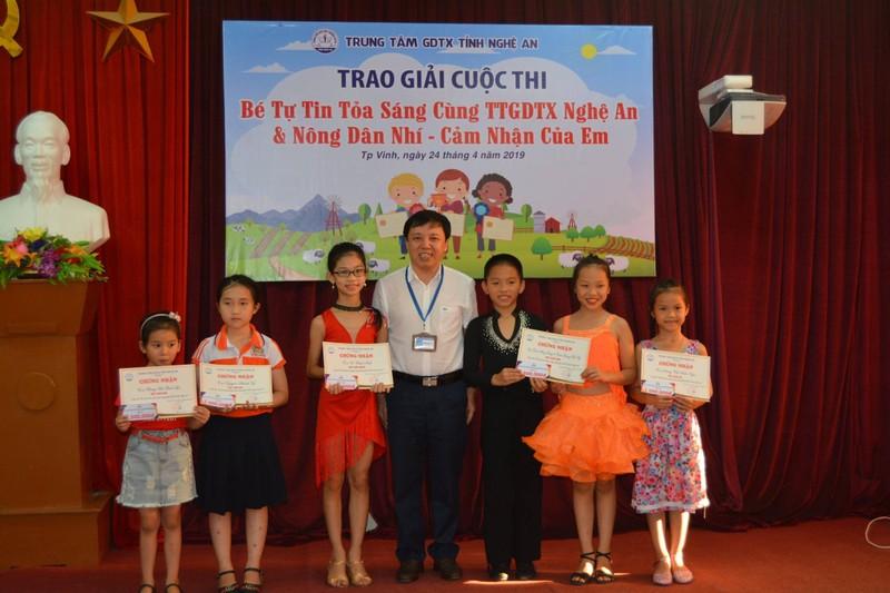 Ông Trần Lam Sơn, Giám đốc Trung tâm GDTX tỉnh Nghệ An và các bé đạt giải trong cuộc thi năng khiếu tại Trung tâm.