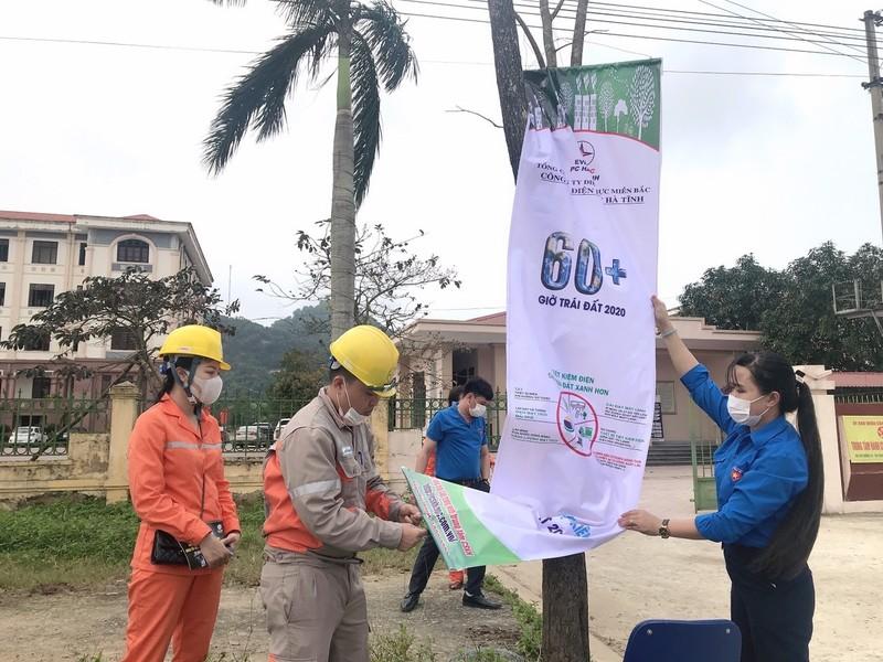 Đoàn thanh niên Điện lực huyện Lộc Hà treo băng rôn, khẩu hiệu hưởng ứng Giờ Trái đất.