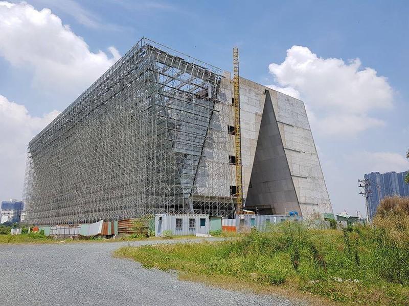 Trung tâm Triển lãm quy hoạch TP. HCM, được đầu tư có tổng tiền là 35 triệu USD xây dựng ở Thủ Thiêm vấn còn ngổn ngang