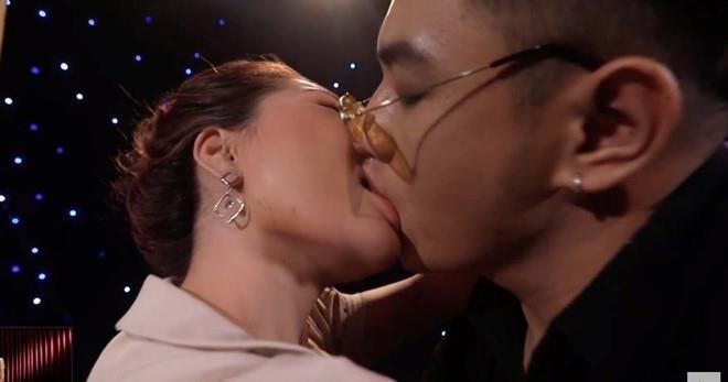 Người xem truyền hình cho rằng việc hôn nhau phản cảm trong lần gặp đầu tiên là chiêu trò của nhà sản xuất.