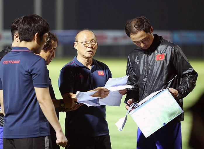 Chốt danh sách gồm 25 cầu thủ cho trận đấu gặp ĐT Malaysia và ĐT Indonesia:  Mạc Hồng Quân không có tên trong danh sách