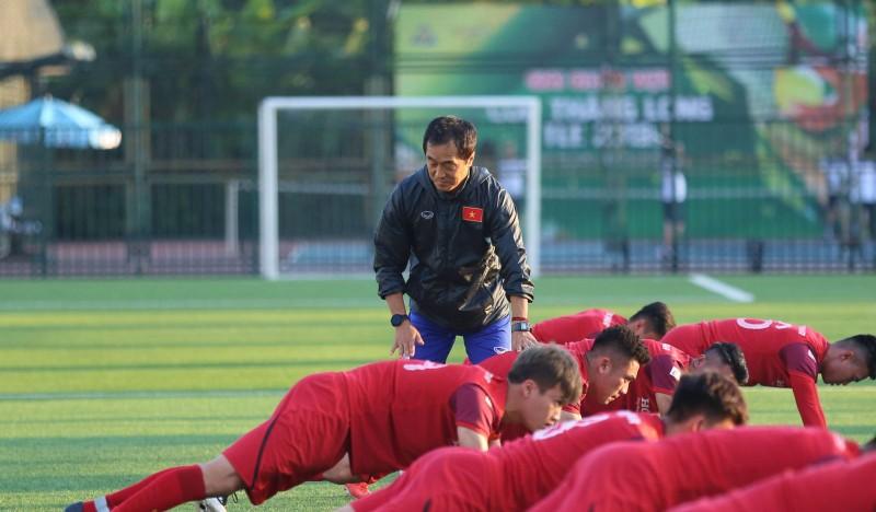 Trợ lý Lee Young-jin - cánh tay phải đắc lực của HLV Park Hang-seo.đang hướng dẫn các cầu thủ luyện tập