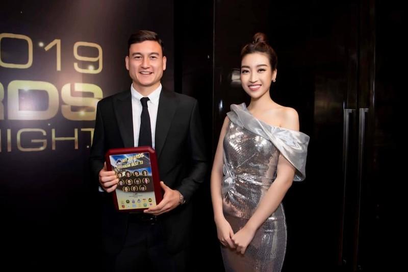 Hoa hậu Đỗ Mỹ Linh bày tỏ là yếu mềm khi đứng cạnh Đặng Văn Lâm.