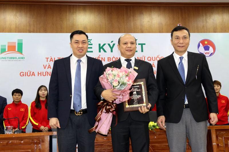 Đại diện cho LĐBĐVN thực hiện ký kết cùng ông Lê Trọng Khương – Tổng giám đốc Hưng Thịnh Land