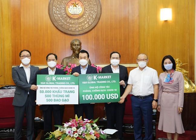 HLV Park Hang Seo đại diện ủng hộ 100.000 USD chống dịch Covid-19