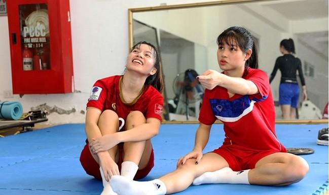 Cầu thủ Ngô Thị Thư (bên trái) cùng Phan Thị Kim Liên của đội dự tuyển trẻ cũng đang tích cực phục hồi chấn thương cùng bác sỹ Choi