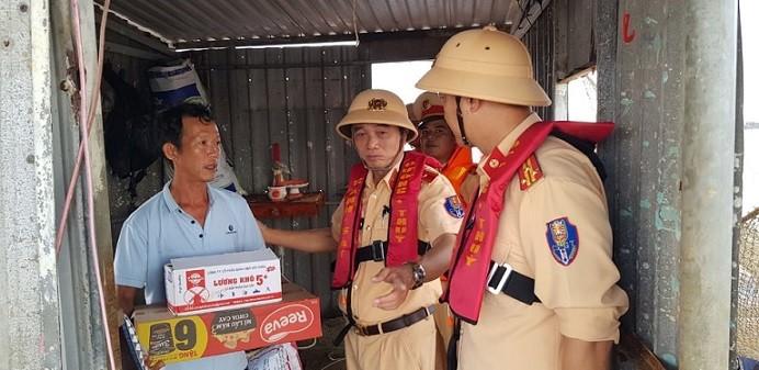 CSGT xuyên lũ bão hỗ trợ người dân miền Trung