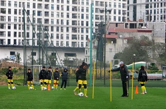HLV Mai Đức Chung và các cầu thủ vẫn miệt mài trên sân tập dù Hà Nội rét hại.
