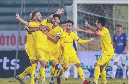 Nam Định bất ngờ dẫn đầu bảng xếp hạng