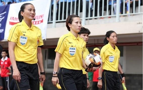 Trọng tài Bùi Thị Thu Trang (ở giữa) và trợ lý trọng tài Trương Thị Lệ Trinh (bên trái)