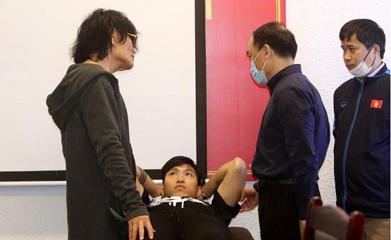 Các chuyên gia, bác sỹ hội chẩn tình trạng chấn thương của  Đoàn Văn Hậu